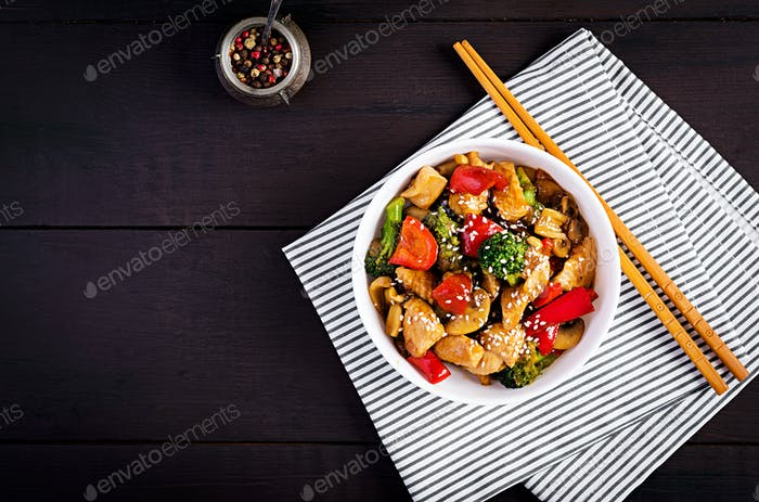 Mit Huhn, Pilzen, Brokkoli und Paprika braten. Chinesisches Essen. Draufsicht, Overhead