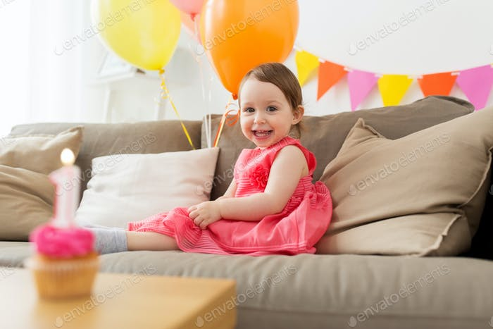 glückliches Baby Mädchen auf Geburtstagsparty zu Hause