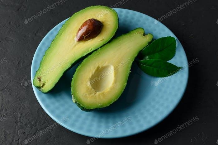 Frische Avocado-Frucht auf einem Holzbrett