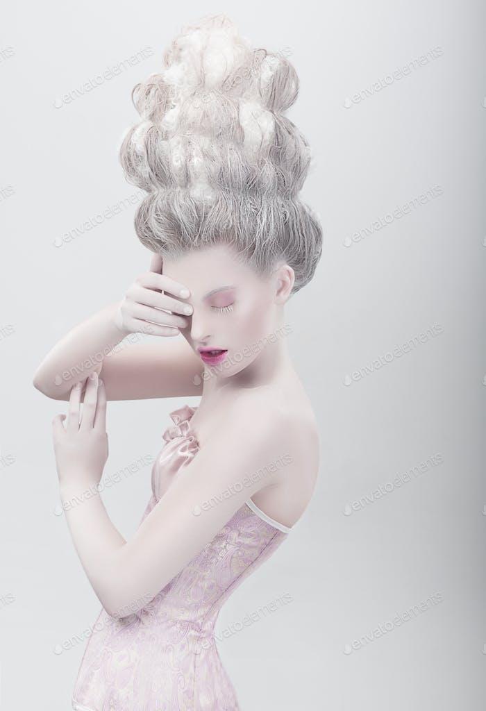 Studioaufnahme des extravaganten Modemodells