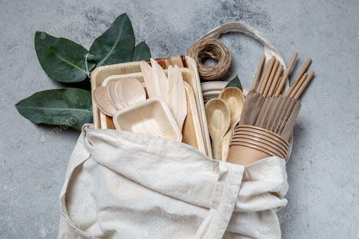 Öko-Bastelpapier und Holzgeschirr Pappbecher, Geschirr, Tasche, Teller und Holzbesteck in Leinen