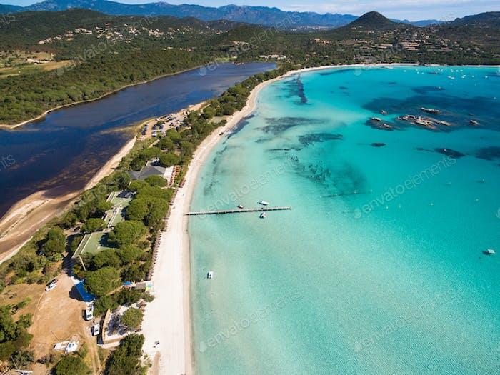 Vista Aéreo de la Playa de Santa Giulia en la Isla de Córcega en Francia