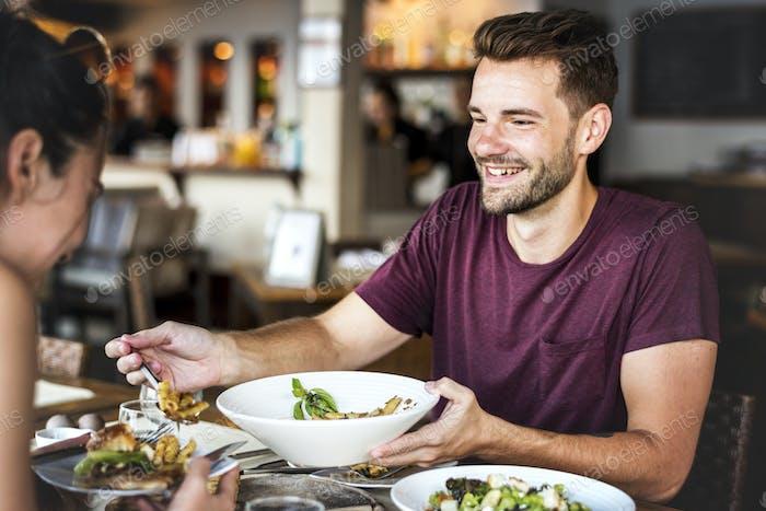 Junges Paar mit Mittagessen in einem Restaurant