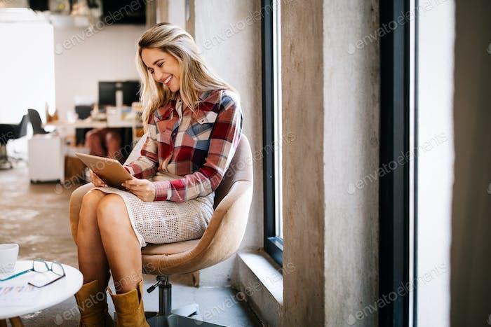 Успешная деловая женщина, работающая в офисе