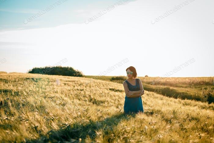 Glückliche Frau genießen das Leben im goldenen Feld