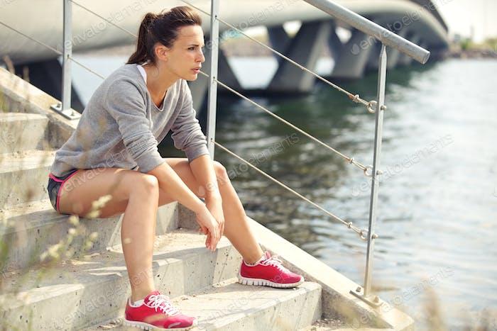 Konzentrierte Fitness Frau Ruhe