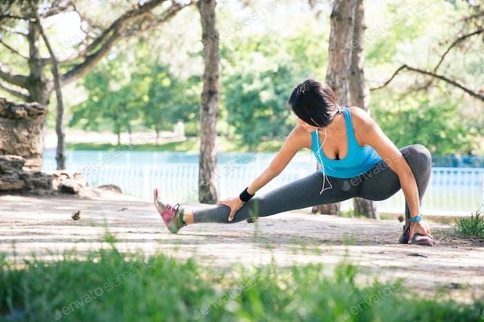 Sportliche Frau tun Stretching Übung