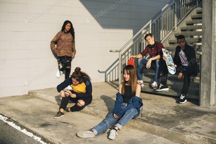 Gruppe von Schulfreunden im Freien Lifestyle und nach der Schule Hangout Konzept
