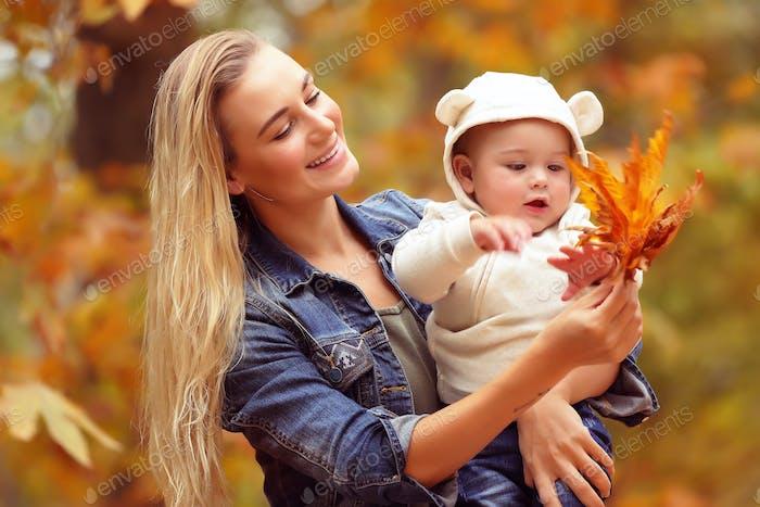 Mutter mit Sohn genießen Herbst