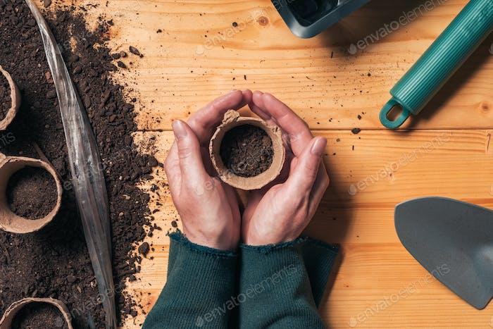 Gärtner mit biologisch abbaubarem Bodentopfbehälter