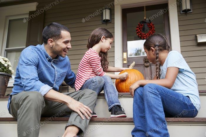 Vater und Töchter Zeichnung Gesicht auf Halloween Kürbis