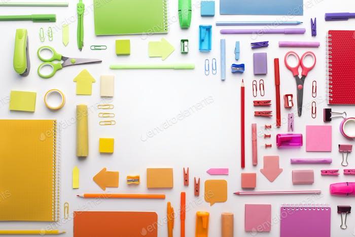 Bürobedarf durch Farben auf weißem Hintergrund gepostet