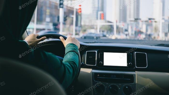 Conducir coche en la carretera de la ciudad