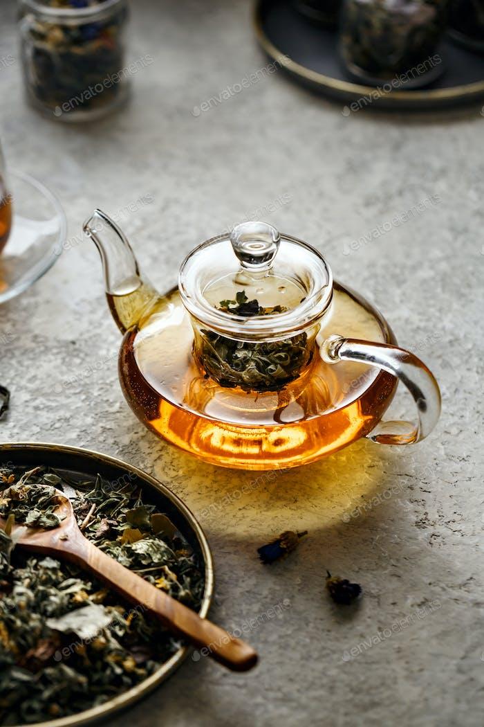 Glas-Teekanne mit nützlichem Kräutertee