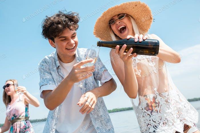 Saisonales Fest im Strandresort. Gruppe von Freunden feiern, ausruhen, Spaß am Strand in