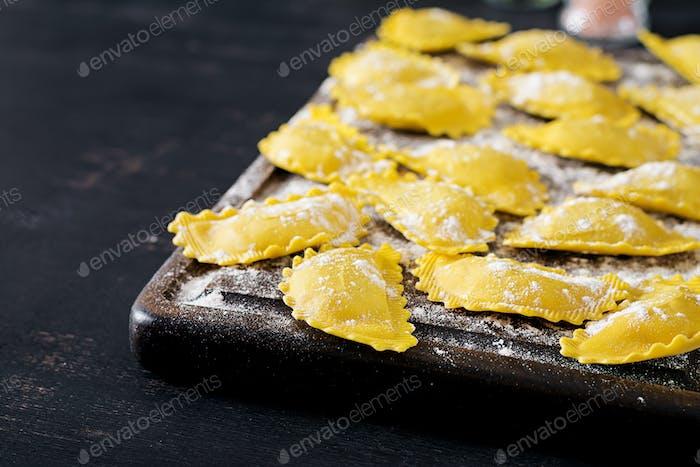 Ungekochte Ravioli auf dem Tisch. Italienische Küche.