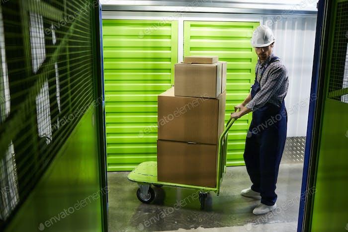 Mann, der Pakete liefert