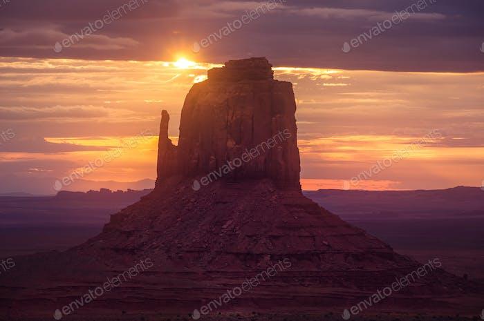 Hermoso Horizontal Amanecer en el Parque nacional Monument valley