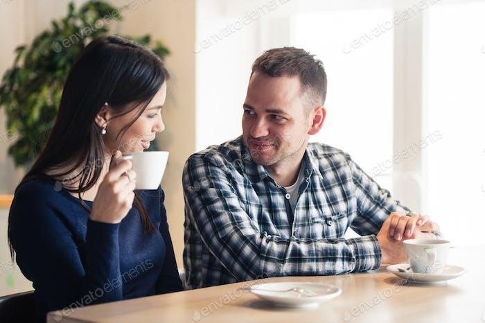 Glückliches Paar im Café sprechen, Tee trinken