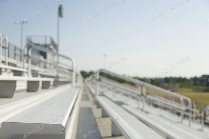 51933, Bleachers, versetzte Stadionsitze auf einem Sportplatz.