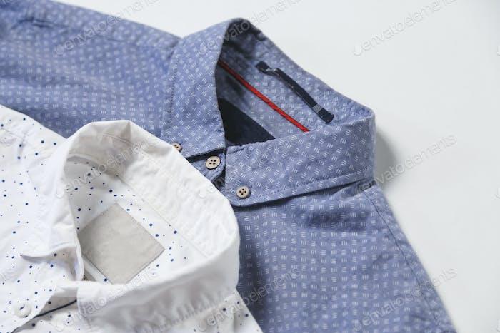 Estudio de una pareja de camisas de Hombre sobre un Fondo gris