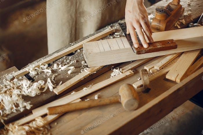 Schöner Zimmermann arbeiten mit einem Holz