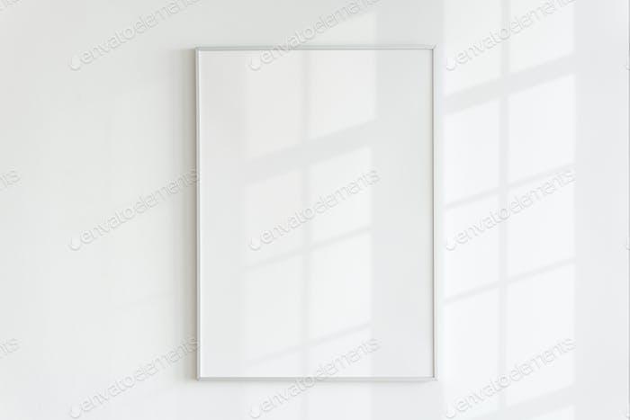 Leerer Rahmen an einer Wand mit natürlichem Licht