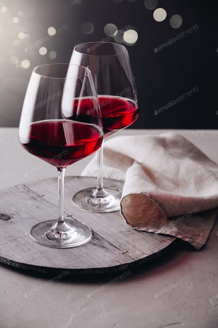 Gläser Rotwein auf Betonuntergrund, Nahaufnahme