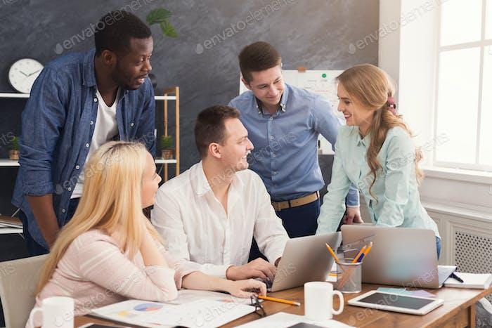 Compañeros de trabajo discutiendo ideas en la oficina