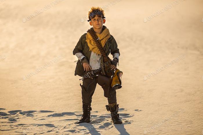 Post-apokalyptischer Junge im Freien in einem Ödland