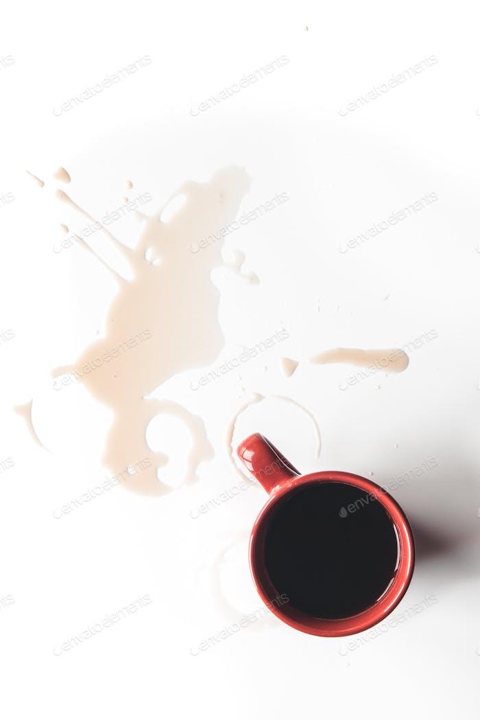 Roter Kaffee spritzt in einer Tasse isoliert auf weißem Hintergrund