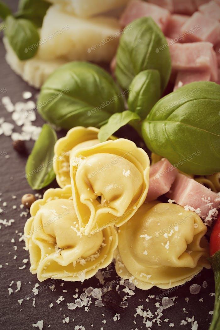 Hausgemachte rohe italienische Tortellini mit Schinken und Käse