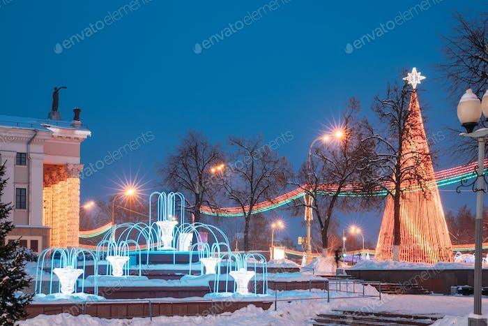 Weihnachtsbaum Und Festliche Beleuchtung Auf dem Lenin-Platz In Gomel. Neujahr In Weißrussland
