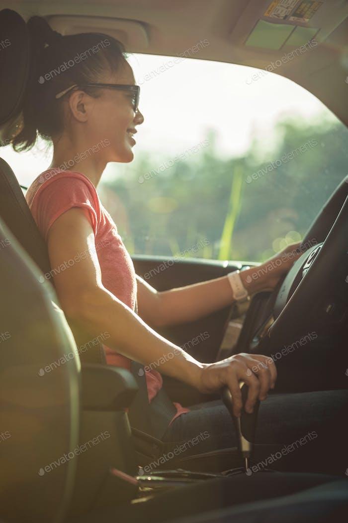 Asiatische Frau Fahrer fahren Off-Road-Auto in der Natur