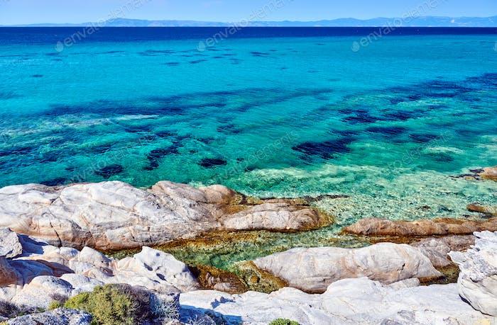 Felsküste und türkisfarbenes Meer in Griechenland