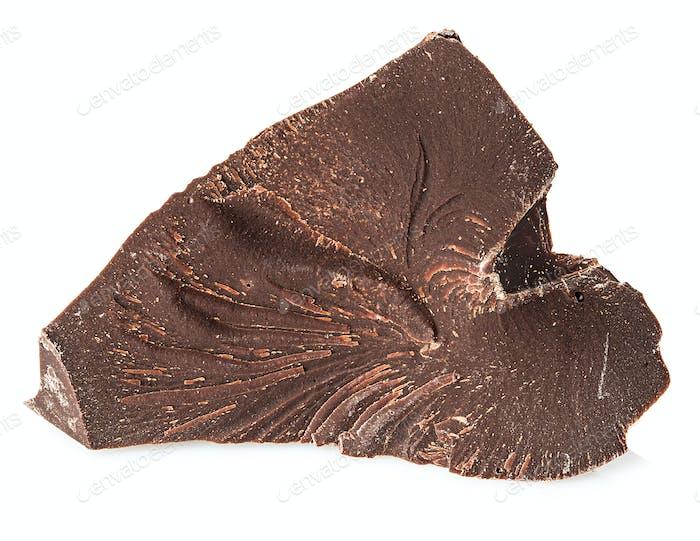 Schokoladenstück Nahaufnahme isoliert auf weißem Hintergrund.