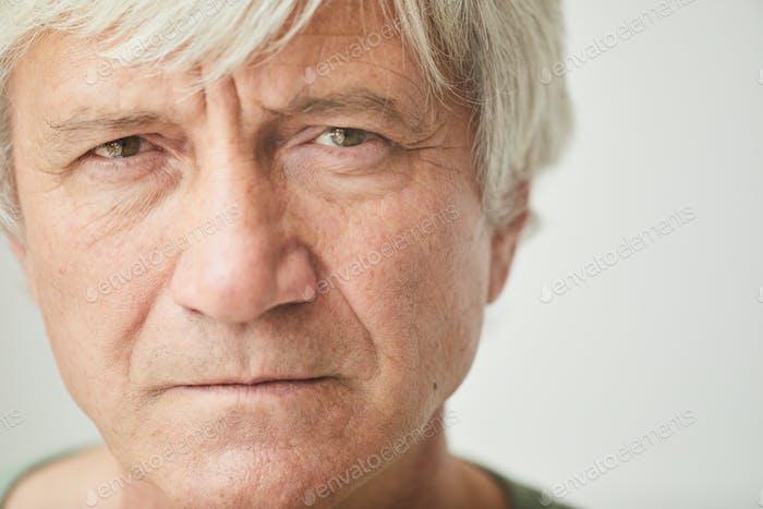 Зрелый мужчина с селыми волосами
