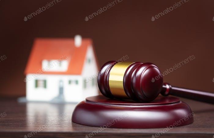 Richter Hammer auf Holztisch