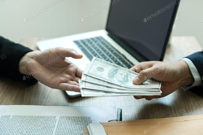 Los empresarios están recibiendo dinero que es un soborno de sus socios.
