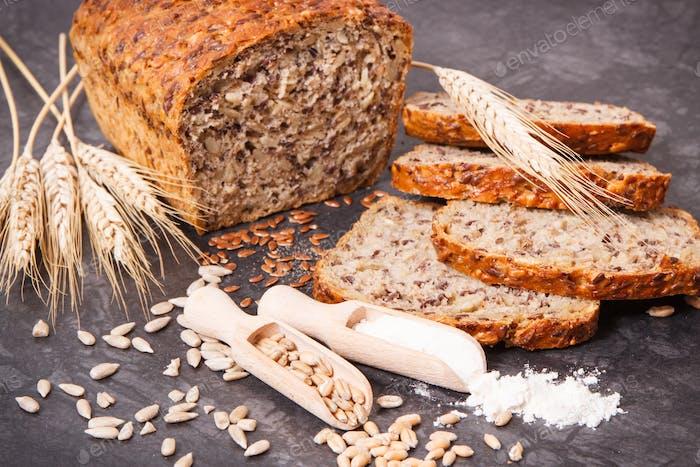 Vollkornbrot, Zutaten zum Backen und Ohren von Roggen oder Weizenkorn