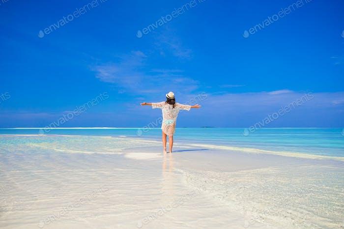 Junge glückliche Frau mit Spaß auf tropischen weißen Strand