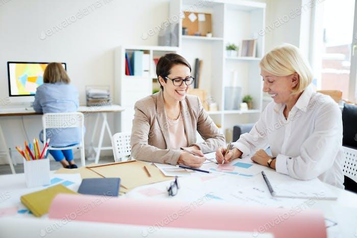 Geschäftsfrauen diskutieren Projekt