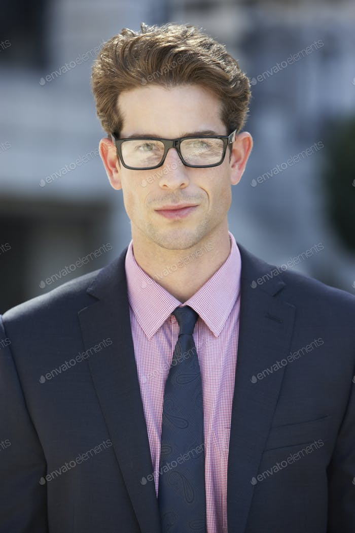 Porträt von Geschäftsmann außerhalb des Büros