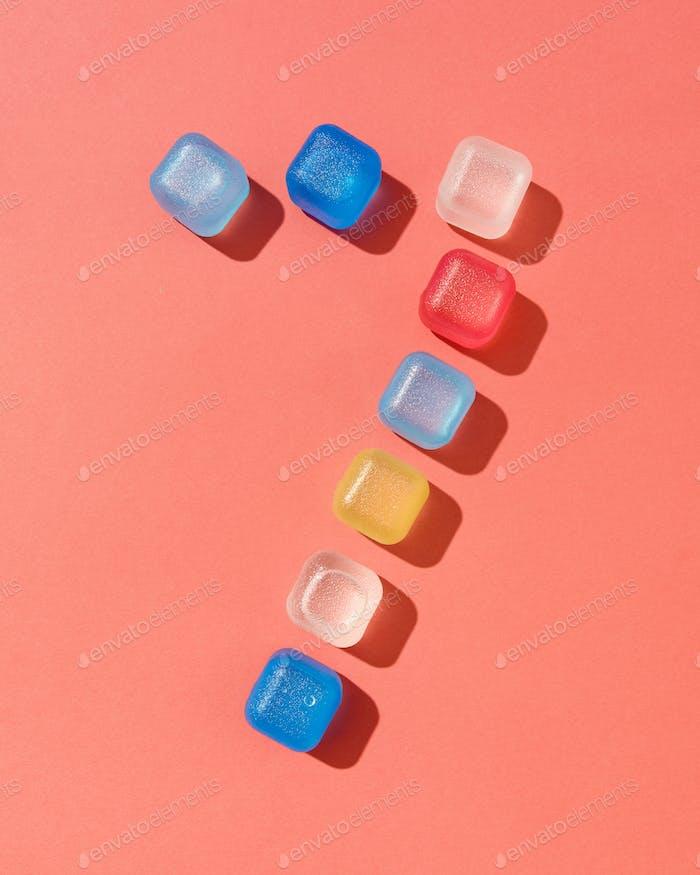 Sieben Zahlenmuster aus Kunststoff farbige Würfel auf einem Hintergrund in einer Farbe des Jahres 2019 Wohnen