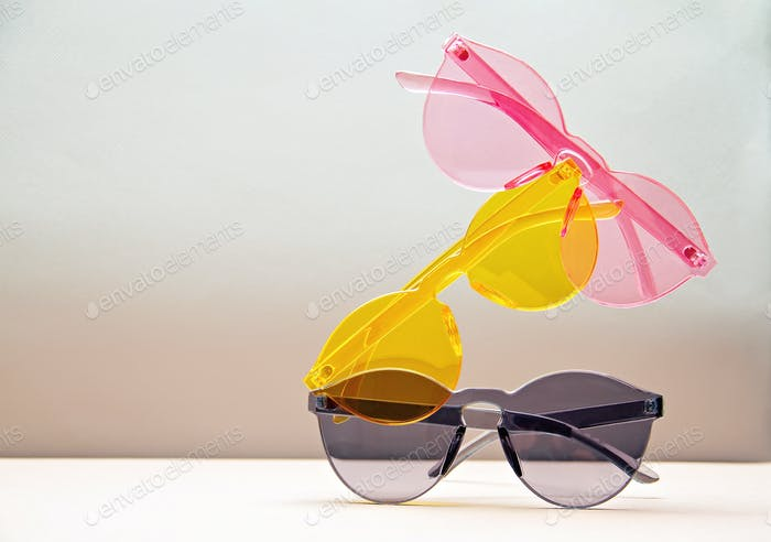 Sammlung trendiger, farbenfroher transparenter Sonnenbrille