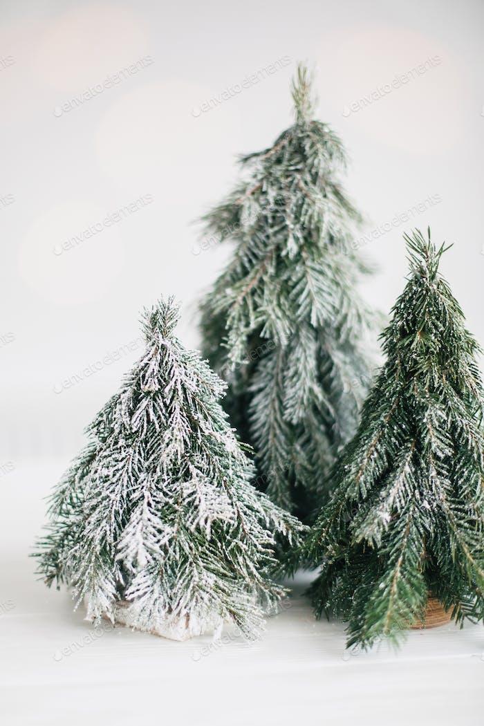 Weihnachten kleine Bäume und goldene Lichter bokeh