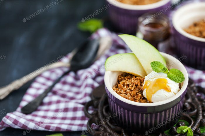Warm apple crisp dessert