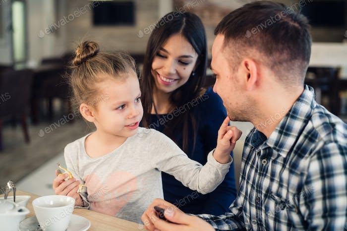 Familie genießen Tee in Cafe zusammen