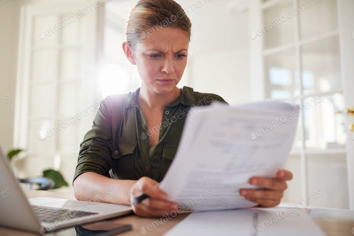 Frau beschäftigt Arbeit zu Hause Büro