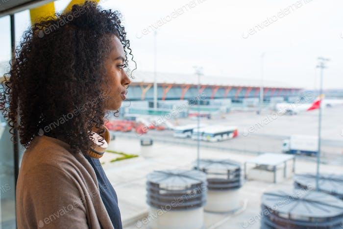 schwarz Frau suchen Trog Flughafen Fenster